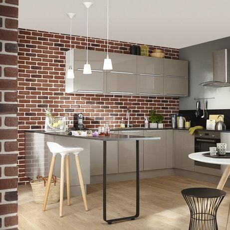 Une cuisine ouverte contemporaine aux tons gris argent se mariant aux murs de briques
