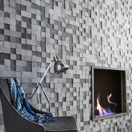 Salon gris avec mur en paremant style industriel
