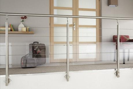 Une balustrade en inox et plexiglas pour sécuriser sa mezzanine
