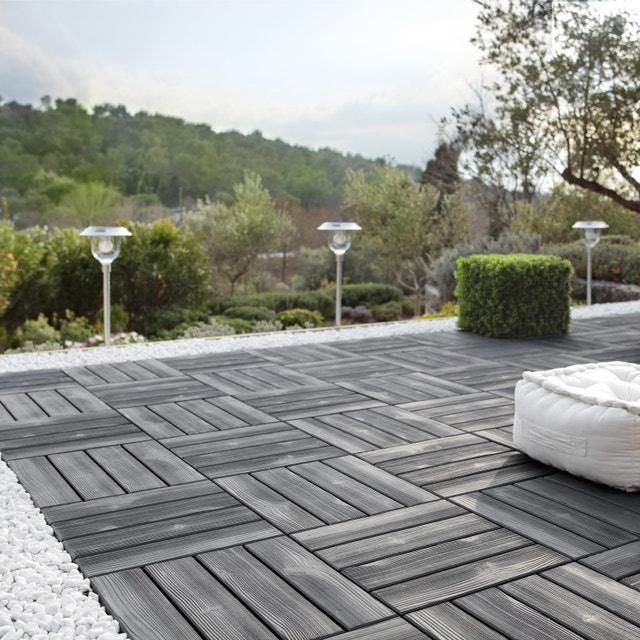 Une terrasse facile à poser avec des dalles clipsables noires ...