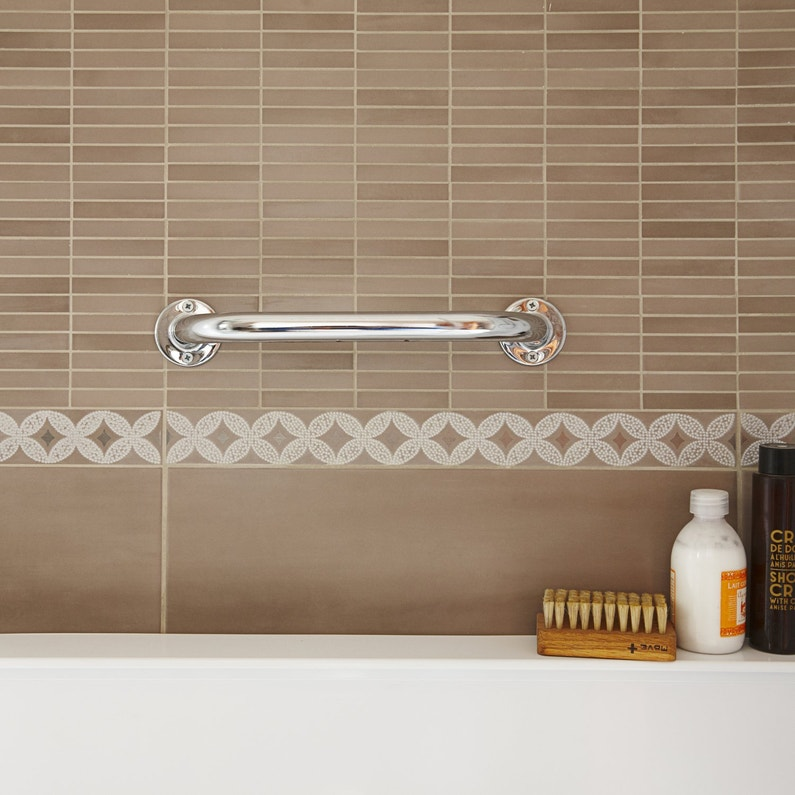 une barre de maintien murale pour baignoire et salle de. Black Bedroom Furniture Sets. Home Design Ideas