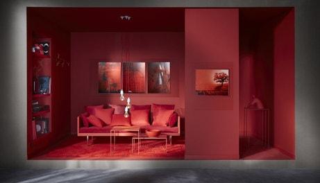 Canapé, coussin, peinture : du rouge dans le salon