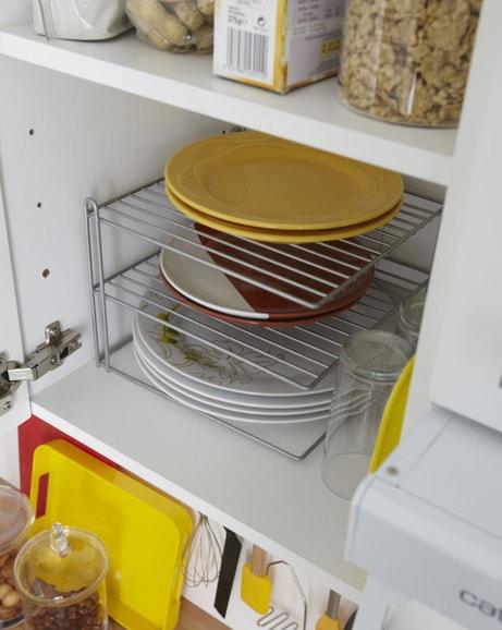 Une étagère assiettes pour un gain de place dans votre placard