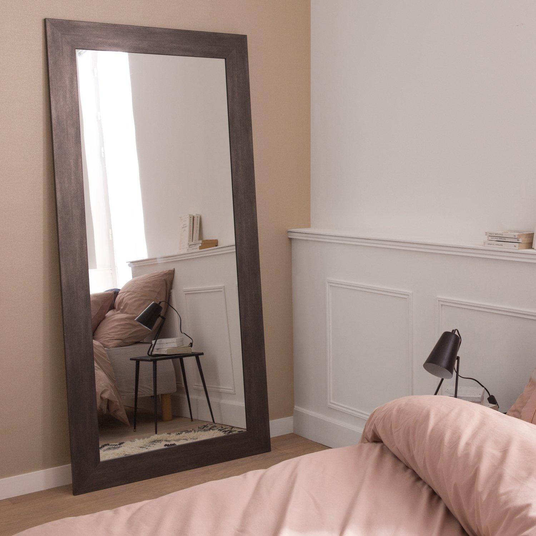 Habillez le mur de la chambre avec un grand miroir graphite