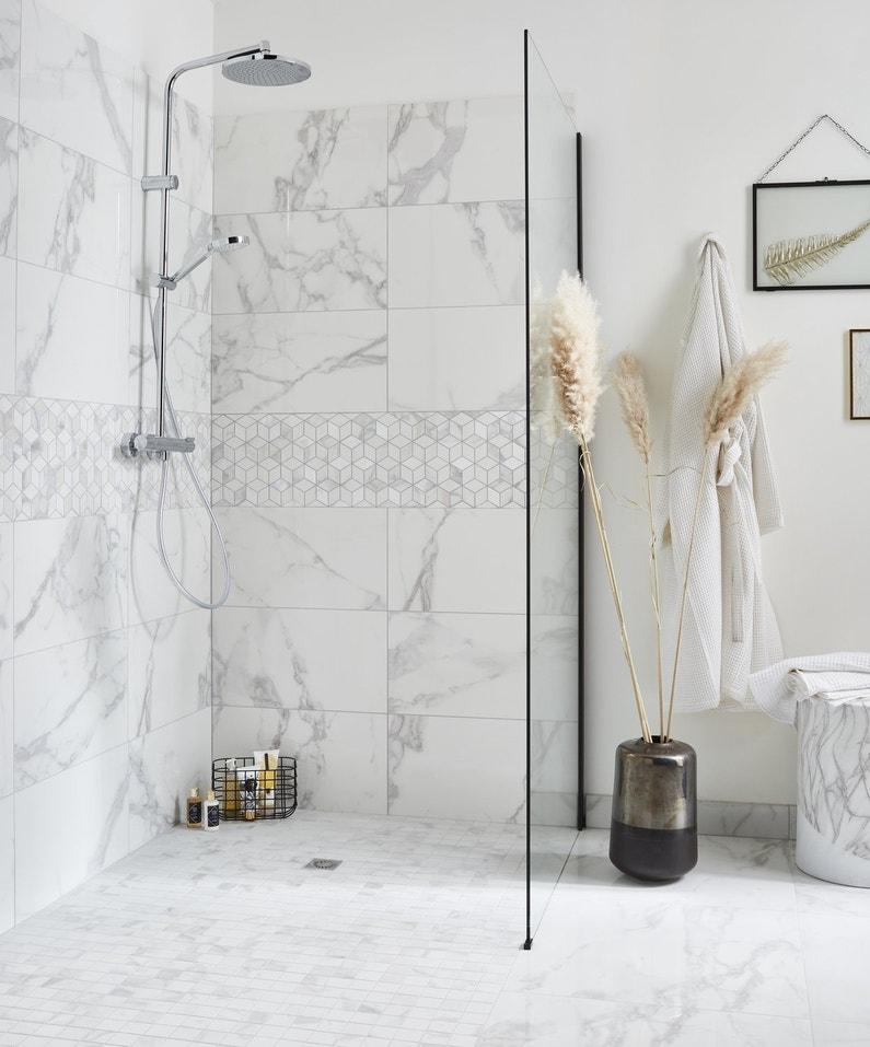 Effet marbre blanc dans la douche à l\'italienne | Leroy Merlin