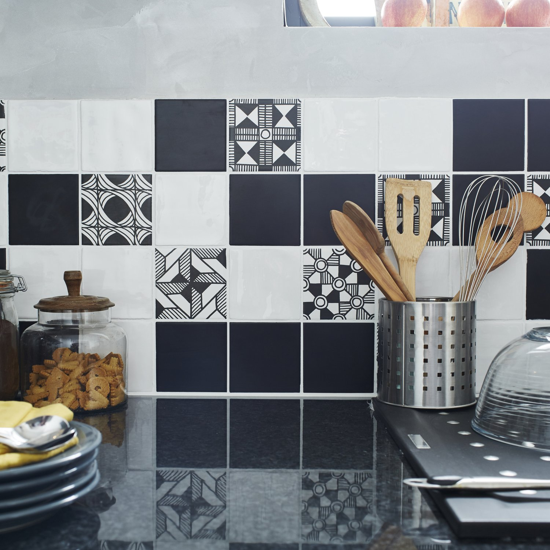 Carrelage Cuisine Noir Et Blanc des motifs géométriques noirs et blancs pour la crédence