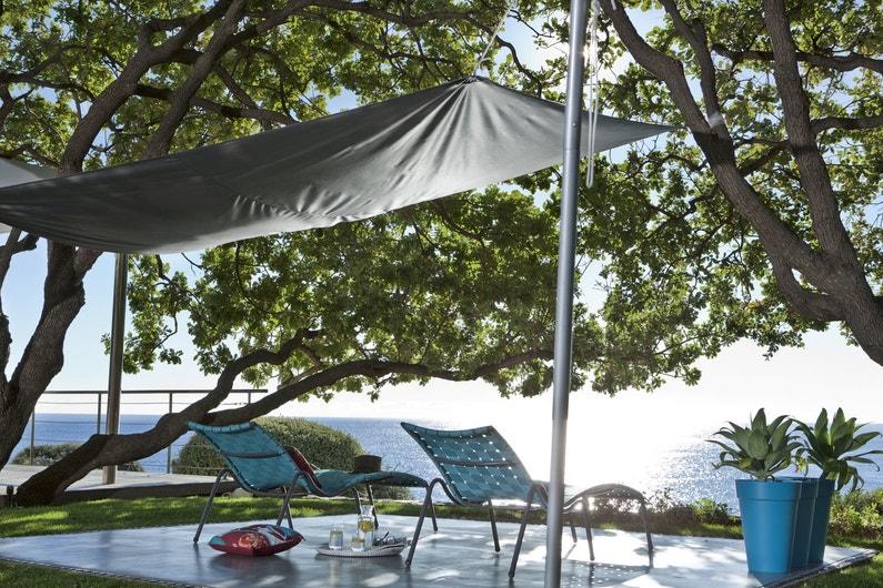 cr er de l 39 ombre sur la terrasse avec une voile d 39 ombrage grise leroy merlin. Black Bedroom Furniture Sets. Home Design Ideas