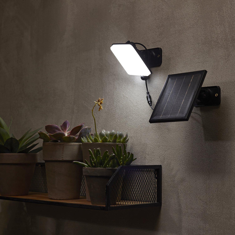 Projecteur solaire noir éclaire la terrasse | Leroy Merlin