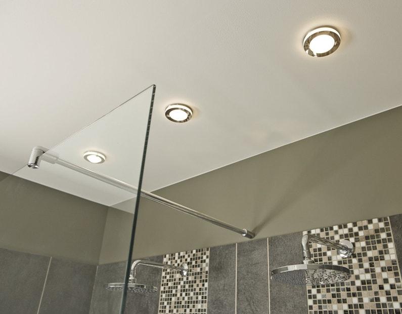 une meilleure visibilit sous la douche avec des spots au plafond leroy merlin. Black Bedroom Furniture Sets. Home Design Ideas