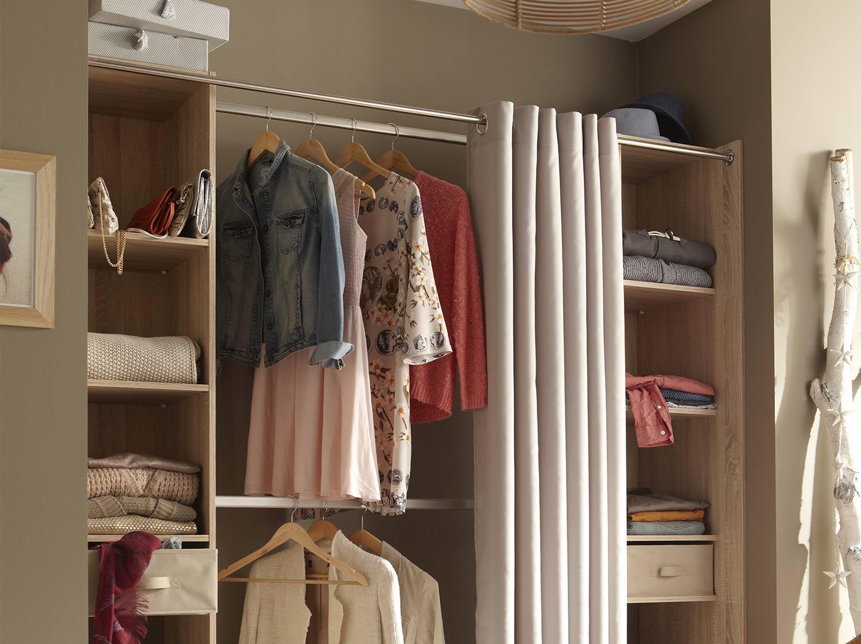 comment amnager un dressing dans une chambre dressing sous pente avec une porte coulissante en. Black Bedroom Furniture Sets. Home Design Ideas