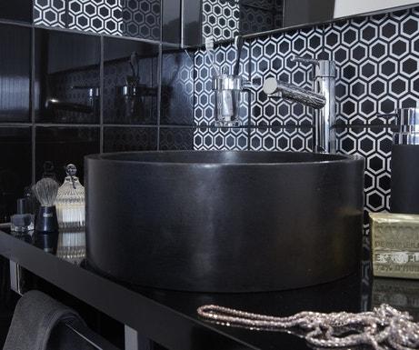 Une salle de bains noire