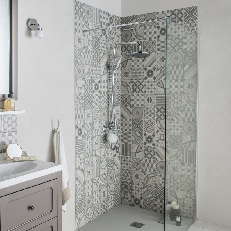 un carrelage mural motif gris et blanc pour la douche dans la salle de bain leroy merlin. Black Bedroom Furniture Sets. Home Design Ideas