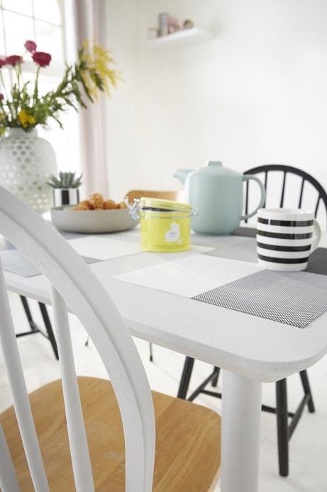 Une chaise repeinte en gris pale