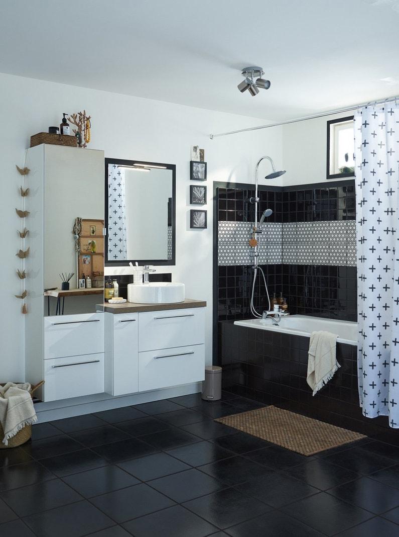 Une baignoire int gr e dans une salle de bains noire et for Baignoire noire et blanche