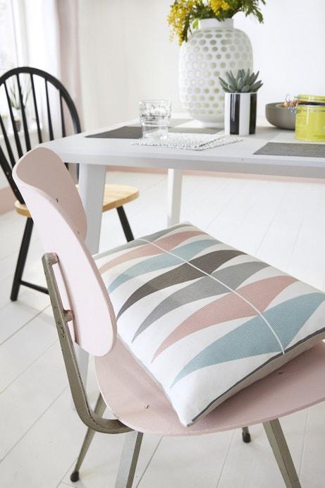 Une chaise en rose chiné et des coussins pastel