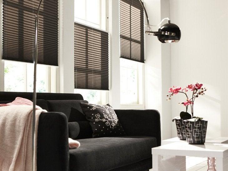 Des stores placés à différents niveaux donnent un effet de lumière atténué.