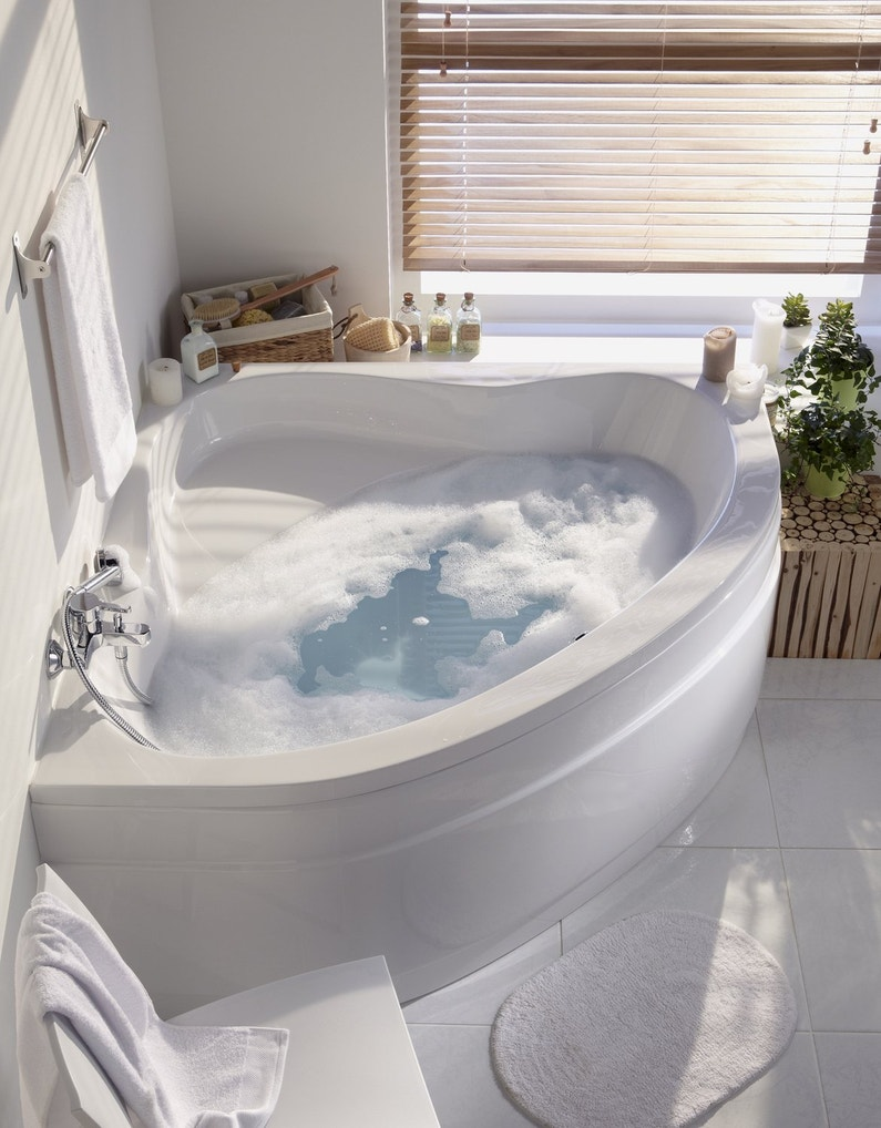 Une baignoire d 39 angle dans une salle de bains zen leroy for Baignoire de salle de bain