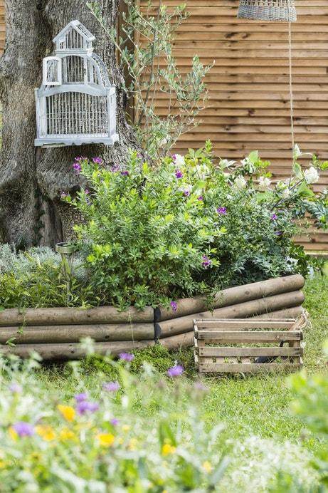 Des rondins en bois pour délimiter les parterres