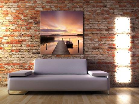 Un salon en briques avec radiateur tendance