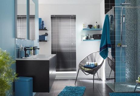 Le bleu réveille la salle de bains