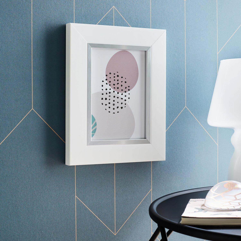un cadre photo accrocher blanc comme objet d coratif leroy merlin. Black Bedroom Furniture Sets. Home Design Ideas