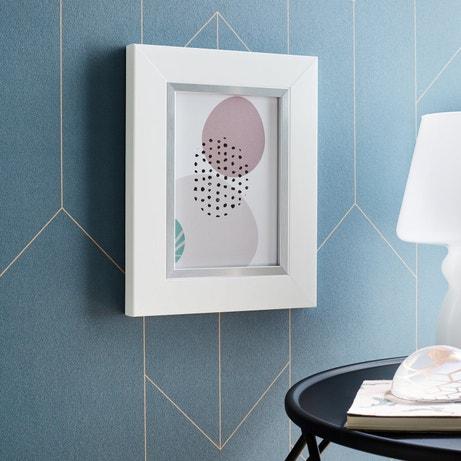 Un cadre photo à accrocher blanc comme objet décoratif
