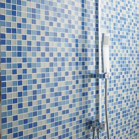 Une mosaïque bleu piscine dans la douche