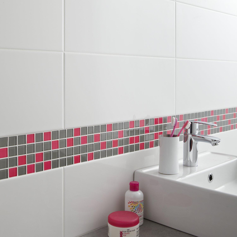 Une frise en mosaique en verre gris et rose pour la salle de ...