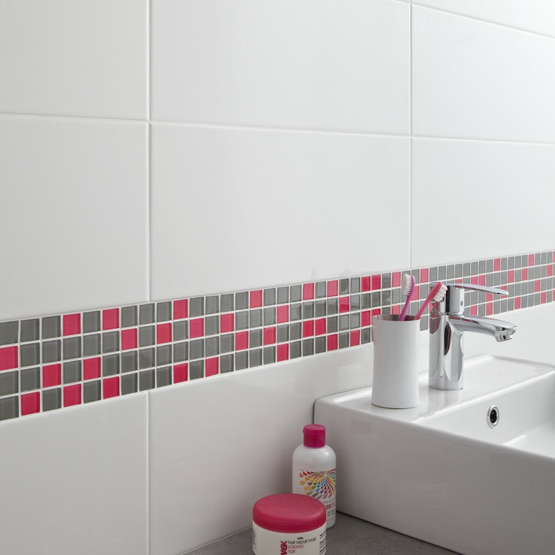 Une frise en mosaique en verre gris et rose pour la salle - Frise murale carrelage salle de bain ...
