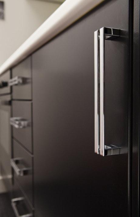 Façade de cuisine noire avec poignée en métal