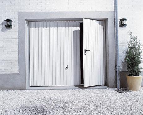 Une porte de garage basculante avec un portillon