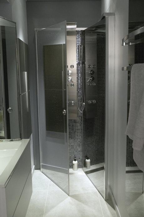 Jouer le contraste des carrelages entre le sol et la mosaïque de la douche