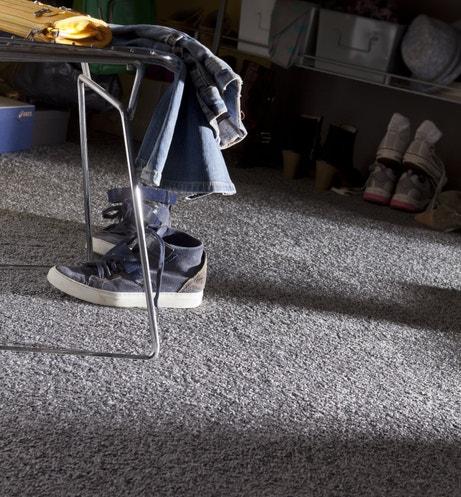 Moquette grise dans une chambre d'ado