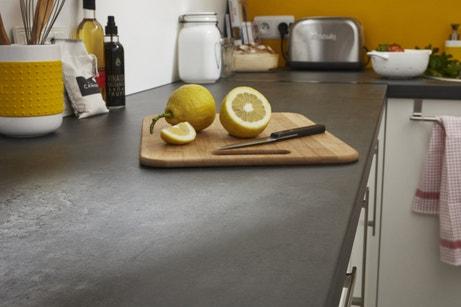 Un plan de travail aspect pierre pour la cuisine