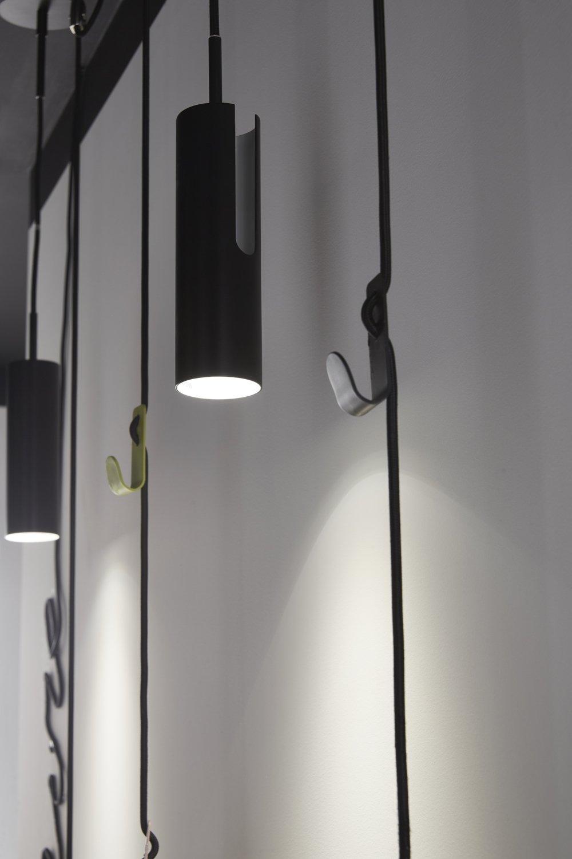 plusieurs suspensions identiques pour donner de l 39 effet d s l 39 entr e leroy merlin. Black Bedroom Furniture Sets. Home Design Ideas