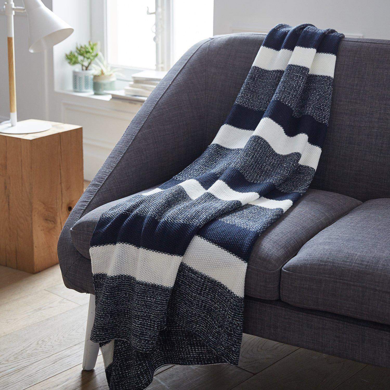 le plaid bleu et blanc accessoire d co tr s tendance sur un canap leroy merlin. Black Bedroom Furniture Sets. Home Design Ideas