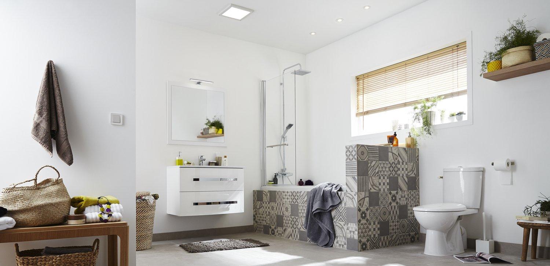 Salle D Eau Blanche Et Bois les carreaux de ciment servent d'écrin à la baignoire