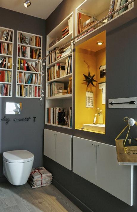 Des toilettes avec un coin lecture