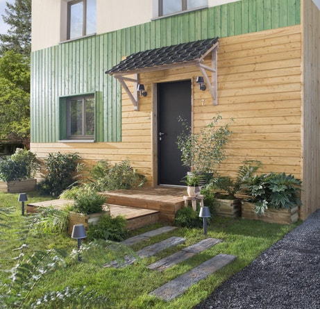Une façade en clin vert et bois