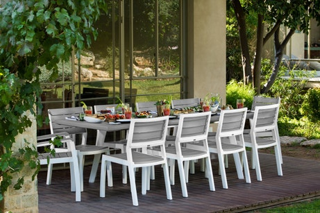 Une grande table pour recevoir toute la famille sur la terrasse
