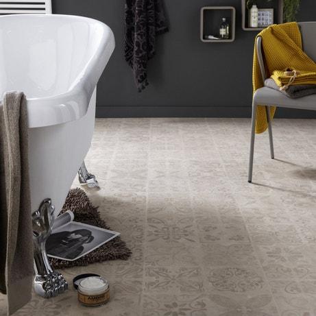 Salle de bains grise et beige avec baignoire ancienne