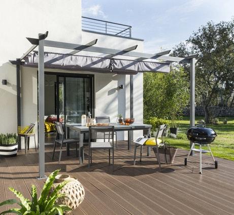 De la planche composite bois brun foncé pour une terrasse contemporaine