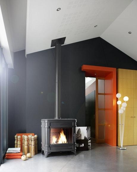 Le poêle à bois offre un confort absolu dans la maison