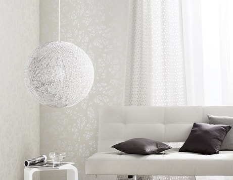 Une bulle de légèreté dans le salon avec une suspension blanche en rotin