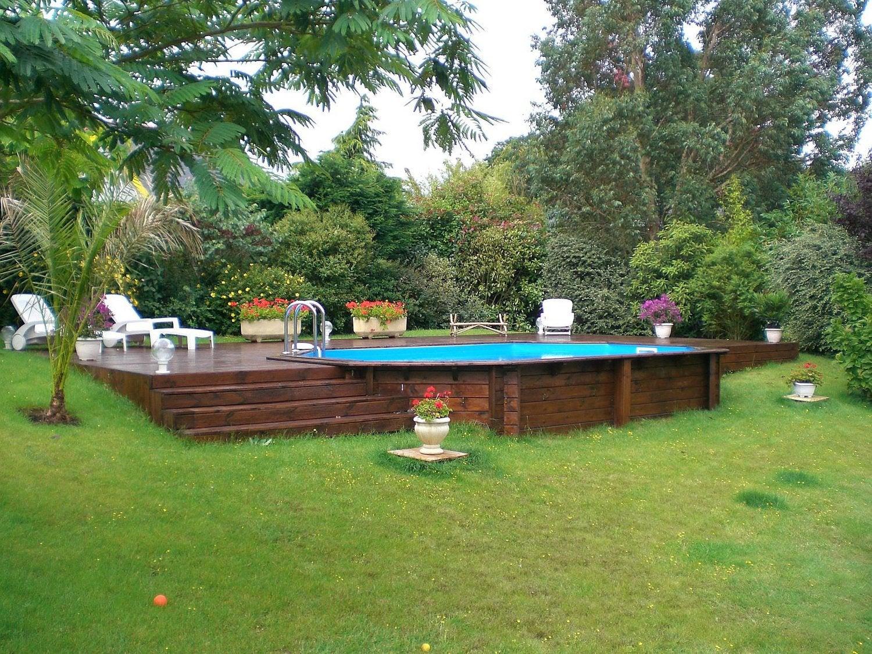 Une Piscine Octogonale Integree Dans Une Terrasse En Bois Leroy Merlin