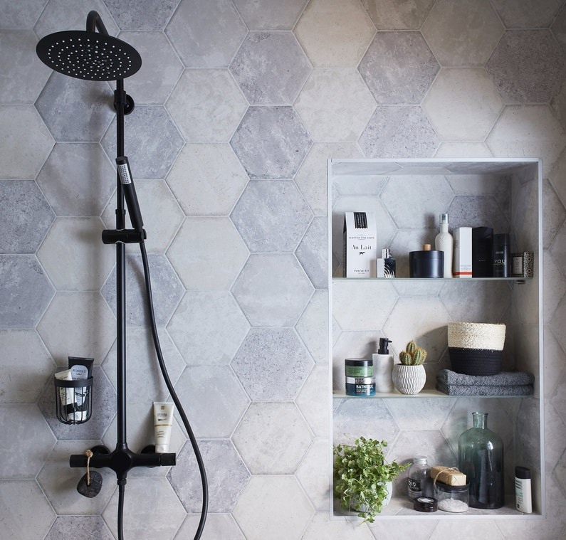 du carrelage hexagonal pour les murs de la douche leroy merlin. Black Bedroom Furniture Sets. Home Design Ideas