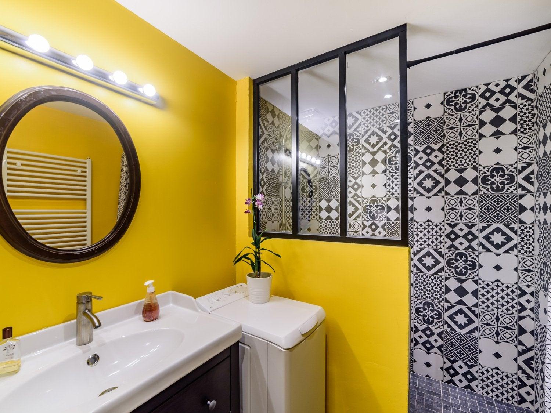 La salle de bains colorée de Charlotte à Arbois | Leroy Merlin