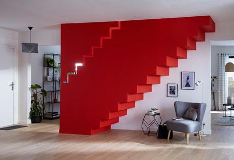 Une cage d'escalier rouge avec un effet graphique