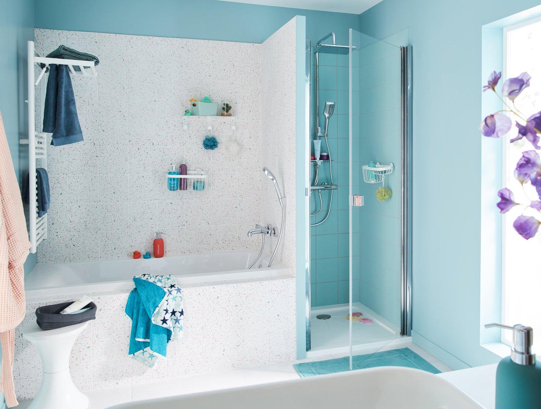 Une salle de bains avec baignoire et douche intégrées ...