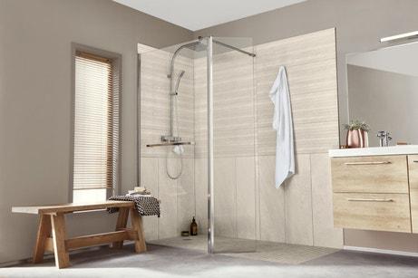 Une douche avec des parois de verre en angle